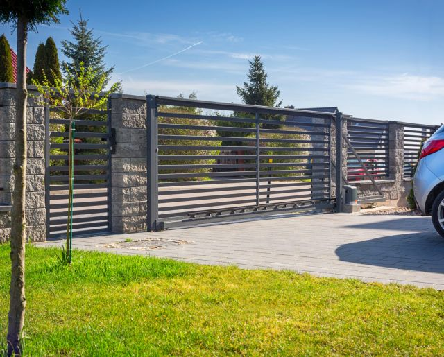 Stone fence and entrance gate with remote control